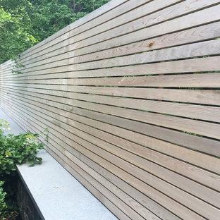 Imagen de patio minimalista, extra grande, en patio trasero, con fuente y losas de hormigón