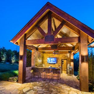 Esempio di un patio o portico moderno di medie dimensioni e dietro casa con pavimentazioni in pietra naturale e un gazebo o capanno