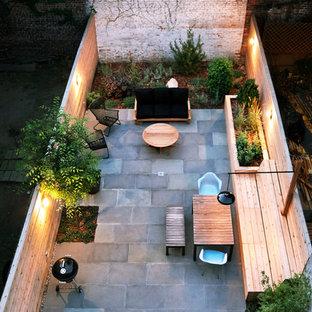 Foto de patio actual, pequeño, sin cubierta, en patio trasero, con adoquines de piedra natural