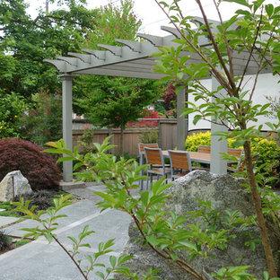 Diseño de patio urbano, grande, en patio trasero, con adoquines de hormigón y pérgola