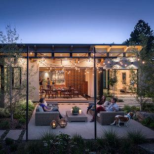 Esempio di un patio o portico minimal dietro casa con lastre di cemento e nessuna copertura