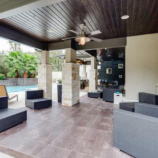 Idee per un patio o portico minimalista di medie dimensioni e dietro casa con piastrelle e un tetto a sbalzo