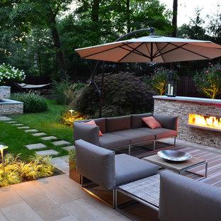 Ejemplo de patio tradicional renovado, en patio trasero, con chimenea