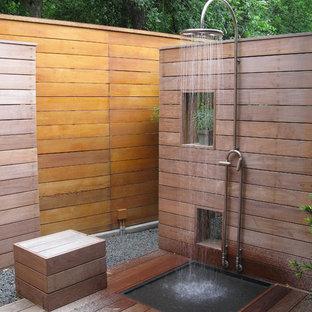 Idées déco pour une terrasse avec une douche extérieure contemporaine avec aucune couverture.