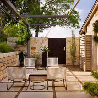 Idee per un patio o portico moderno nel cortile laterale con una pergola