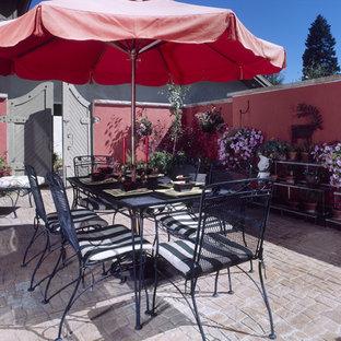 Modelo de patio mediterráneo, grande, en patio, con jardín de macetas y suelo de hormigón estampado