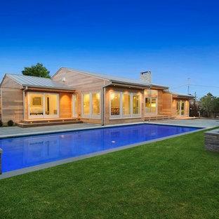 Idee per un grande patio o portico minimalista dietro casa con pavimentazioni in mattoni e nessuna copertura