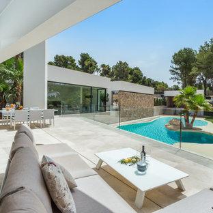 Foto de patio minimalista, en anexo de casas, con suelo de baldosas