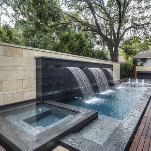 Immagine di un piccolo patio o portico moderno dietro casa con fontane e pedane