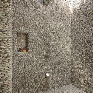 На фото: большой летний душ в средиземноморском стиле с покрытием из плитки и навесом с
