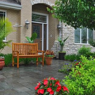 Ispirazione per un piccolo patio o portico bohémian davanti casa con pavimentazioni in cemento e nessuna copertura