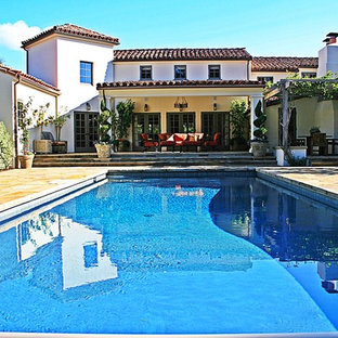 Diseño de patio mediterráneo con pérgola