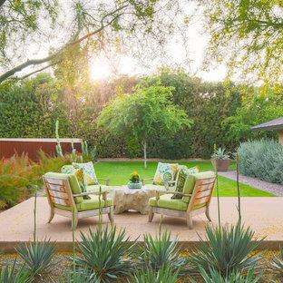 Ispirazione per un patio o portico moderno in cortile con piastrelle e nessuna copertura