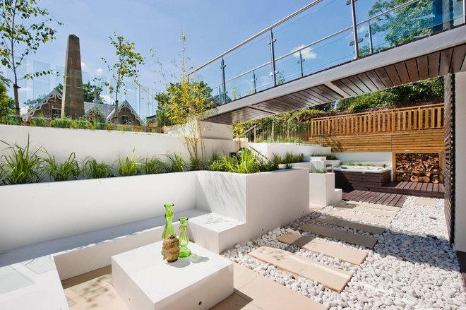 Modern Landscape by Luxe Interior International