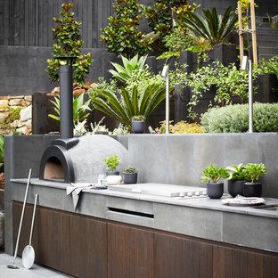 Geräumiger, Unbedeckter Moderner Patio hinter dem Haus mit Outdoor-Küche in Sydney