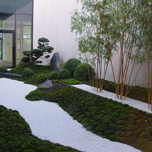Esempio di un piccolo patio o portico etnico in cortile con pavimentazioni in pietra naturale