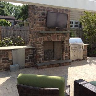 Esempio di un grande patio o portico stile americano dietro casa con pavimentazioni in cemento e una pergola