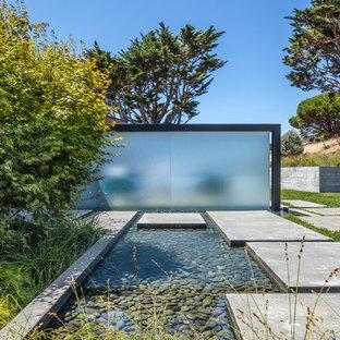 Idee per un patio o portico design di medie dimensioni e davanti casa con fontane e pavimentazioni in cemento