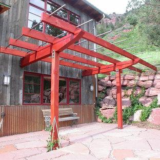 Idee per un piccolo patio o portico rustico nel cortile laterale con pavimentazioni in pietra naturale e nessuna copertura