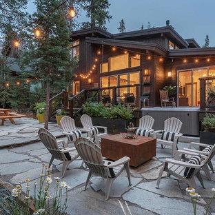 Ejemplo de patio rústico, grande, sin cubierta, en patio trasero, con jardín de macetas