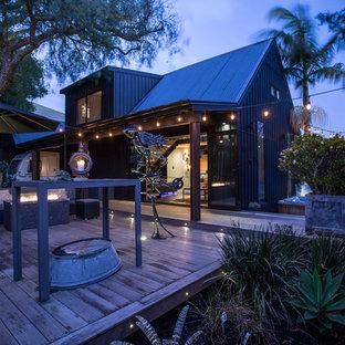 Ispirazione per un patio o portico industriale di medie dimensioni e in cortile con un focolare, pedane e nessuna copertura