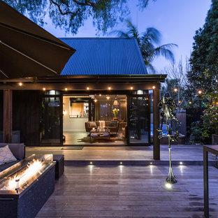 Foto di un patio o portico industriale di medie dimensioni e in cortile con un focolare, pedane e nessuna copertura