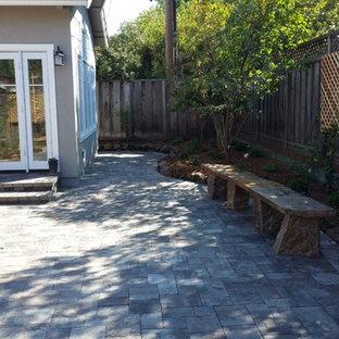 Réalisation d'un jardin potager de balcon et terrasse arrière design de taille moyenne avec des pavés en brique et aucune couverture.