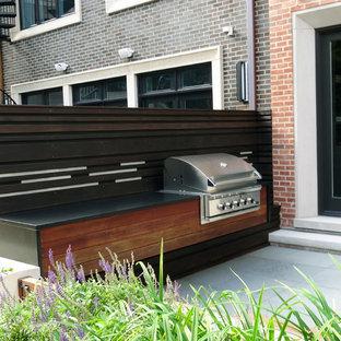Ispirazione per un patio o portico moderno di medie dimensioni e dietro casa con pavimentazioni in pietra naturale e nessuna copertura
