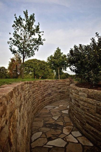 Traditional Patio by CAVINESS LANDSCAPE DESIGN, INC.
