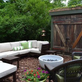 Immagine di un patio o portico eclettico con un focolare