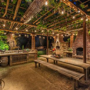 Foto di un patio o portico stile rurale di medie dimensioni e dietro casa con ghiaia e una pergola