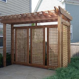 Idee per un patio o portico bohémian di medie dimensioni e dietro casa con pavimentazioni in cemento e una pergola
