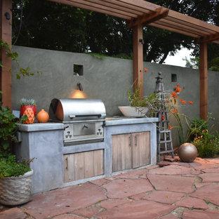 Idee per un grande patio o portico eclettico dietro casa con pavimentazioni in pietra naturale e nessuna copertura