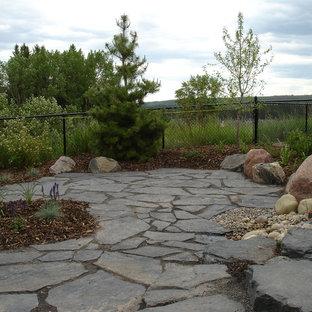 Idee per un patio o portico stile americano di medie dimensioni e dietro casa con fontane, pavimentazioni in pietra naturale e nessuna copertura