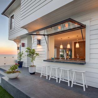 Esempio di un patio o portico stile marinaro dietro casa con con illuminazione