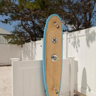 Gefliester, Großer, Unbedeckter Maritimer Patio hinter dem Haus mit Gartendusche in Miami