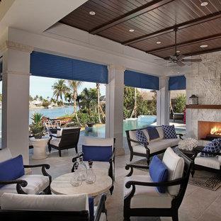 Immagine di un grande patio o portico tropicale con un tetto a sbalzo