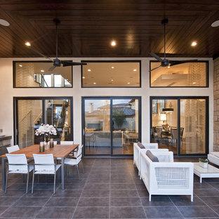 Idées déco pour une grande terrasse avec une cuisine extérieure arrière classique avec une extension de toiture.