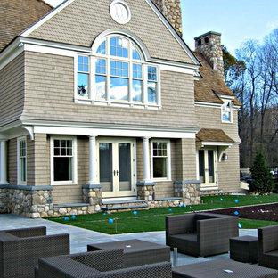 Ispirazione per un ampio patio o portico tradizionale dietro casa con pavimentazioni in pietra naturale