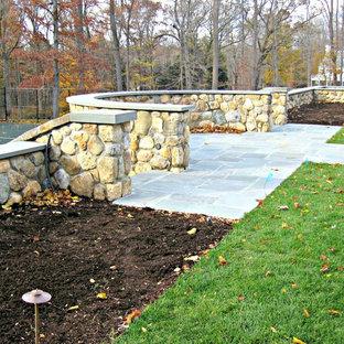 Ispirazione per un ampio patio o portico classico dietro casa con pavimentazioni in pietra naturale