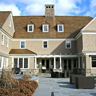 Idee per un ampio patio o portico chic dietro casa con pavimentazioni in pietra naturale