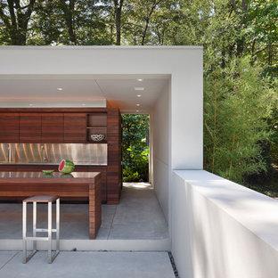 Cette photo montre une grande terrasse avec une cuisine extérieure arrière moderne avec un gazebo ou pavillon et une dalle de béton.