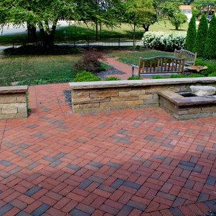 Esempio di un patio o portico tradizionale davanti casa e di medie dimensioni con pavimentazioni in mattoni e nessuna copertura