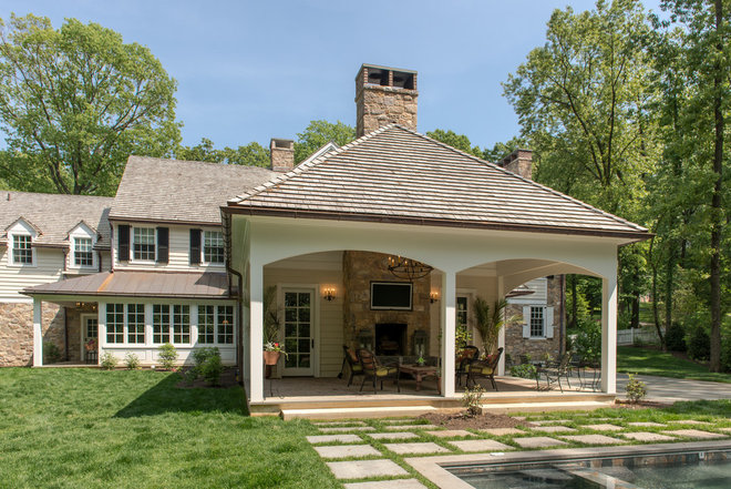 Traditional Deck by Period Architecture Ltd.