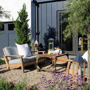 Idee per un patio o portico costiero con ghiaia e nessuna copertura