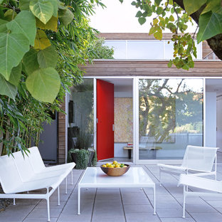 Inspiration for a mid-sized modern courtyard patio in Los Angeles with natural stone pavers and no cover.