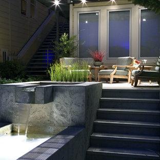 Foto de patio contemporáneo con fuente