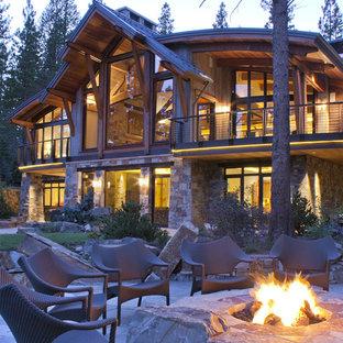 Ispirazione per un patio o portico stile rurale dietro casa con un focolare