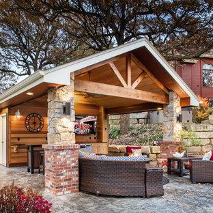 Immagine di un patio o portico stile americano di medie dimensioni e dietro casa con un tetto a sbalzo