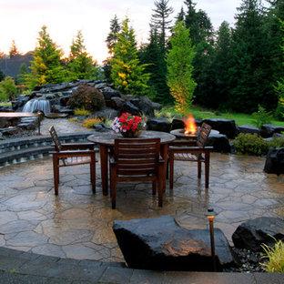 Diseño de patio tradicional, grande, sin cubierta, en patio trasero, con brasero y adoquines de piedra natural